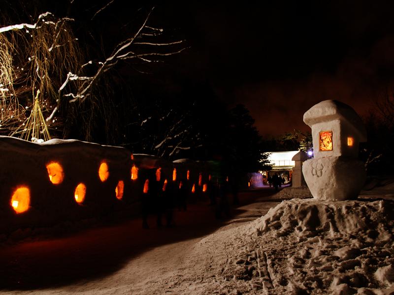 弘前公園・弘前城の2014年弘前雪灯篭まつり 会場の様子 雪灯篭