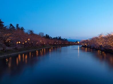 弘前公園(弘前城)・夜の春陽橋からの景色