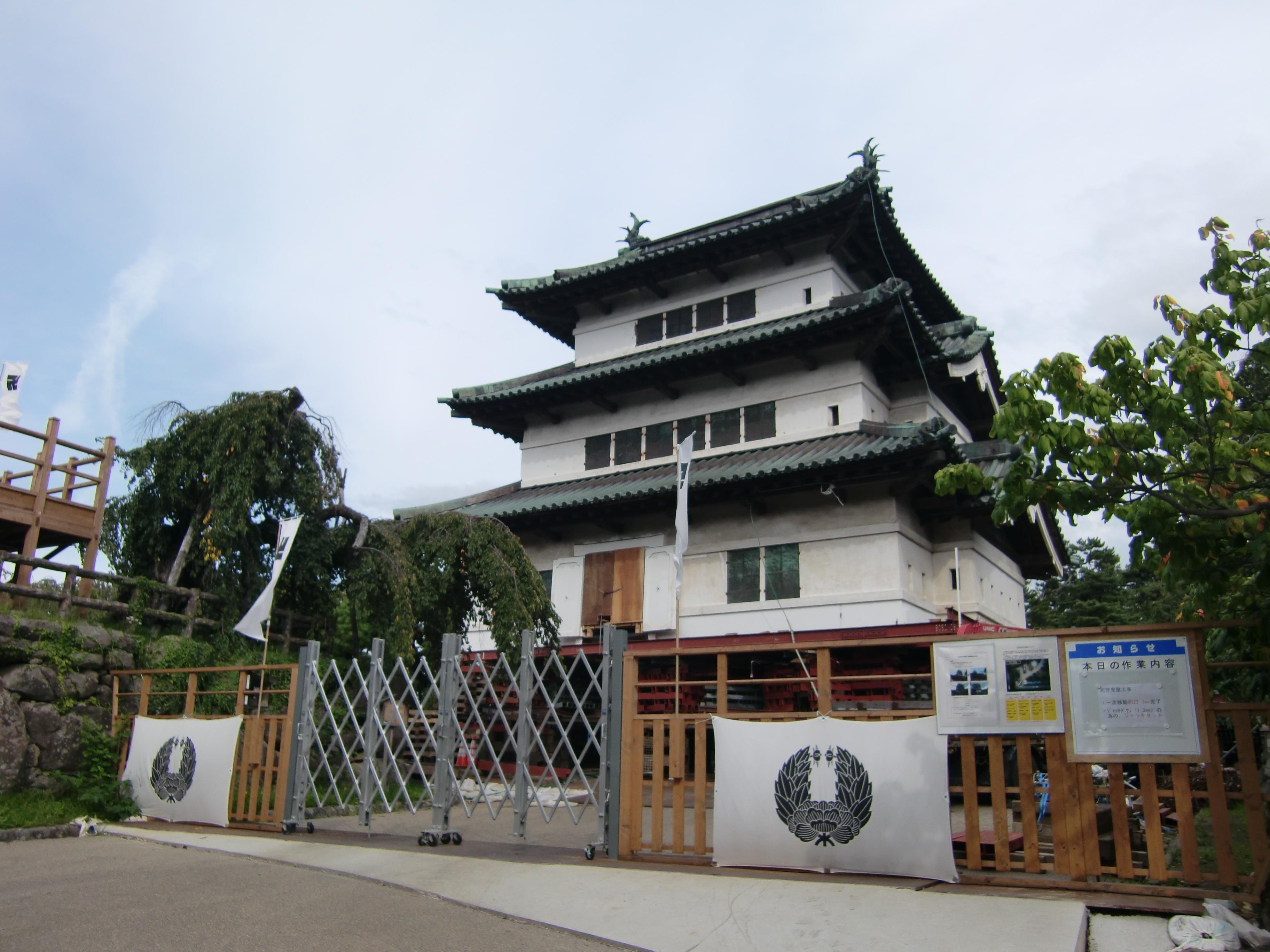 弘前城天守閣・一次曳屋(ひきや)が行われました