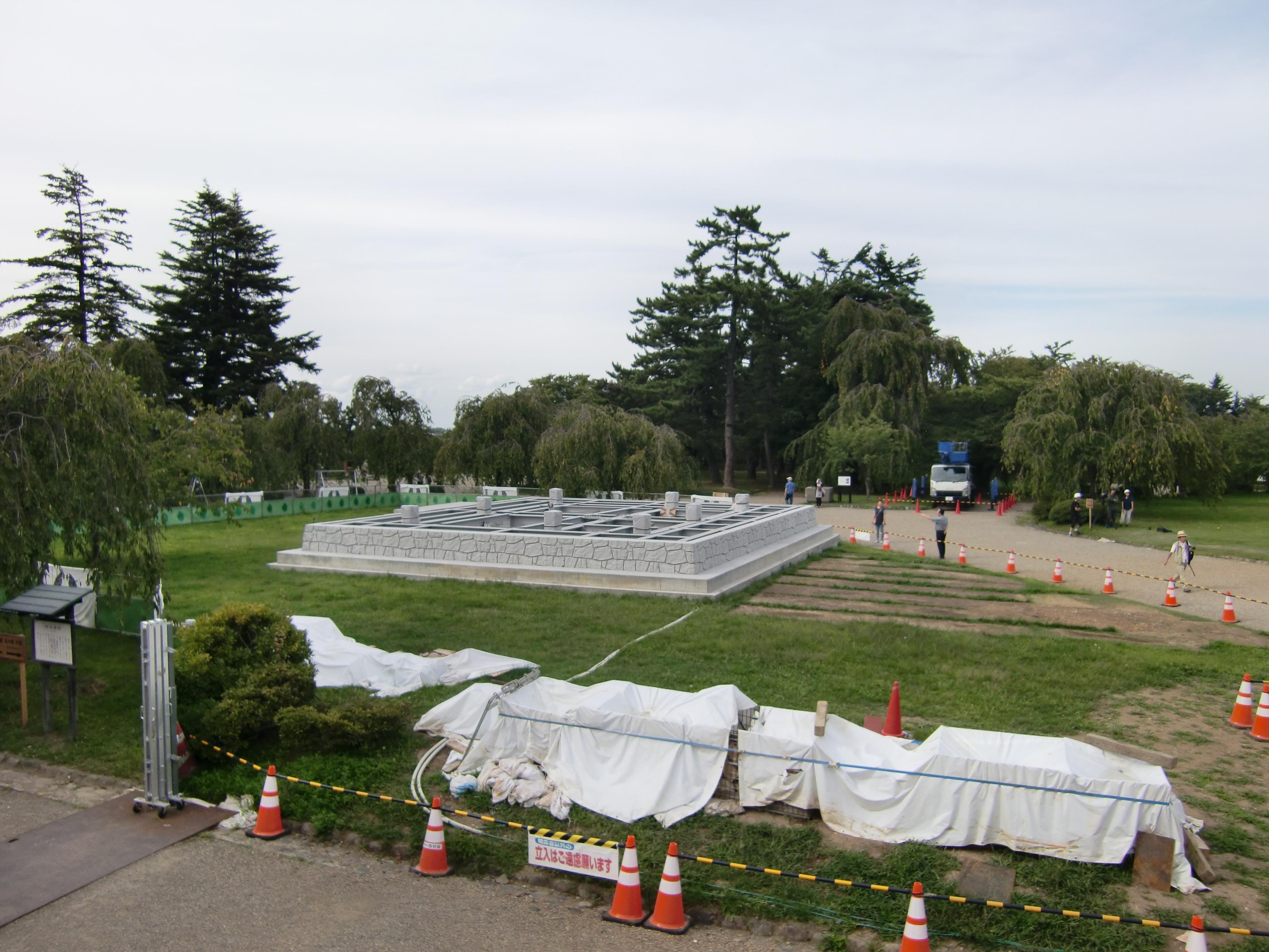 弘前城天守閣は曳屋により土台の位置まで移動します