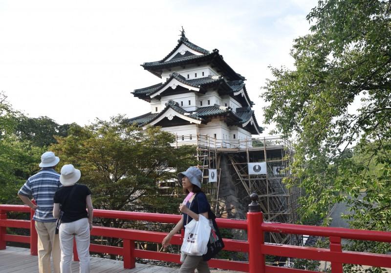 下乗橋から見た弘前城(2015年8月9日撮影)