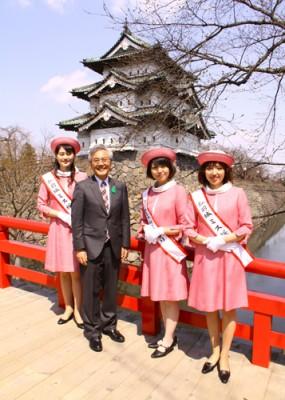2013年のミス桜グランプリとミス桜。中央に弘前市長の葛西憲之氏