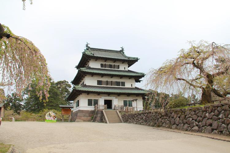弘前城本丸内からの眺め