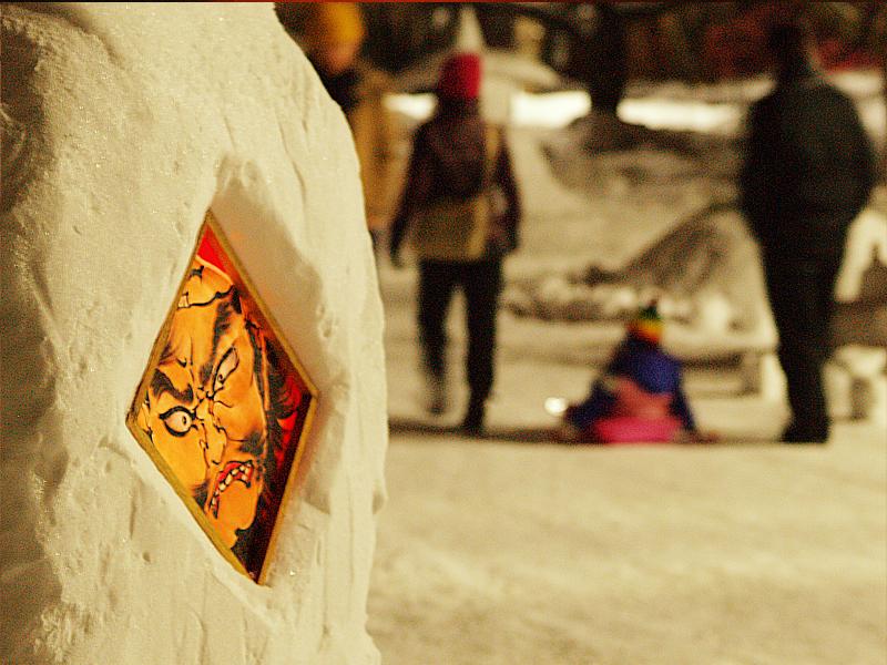 2014年弘前雪灯篭まつり開催! 雪灯篭とソリに乗る子供