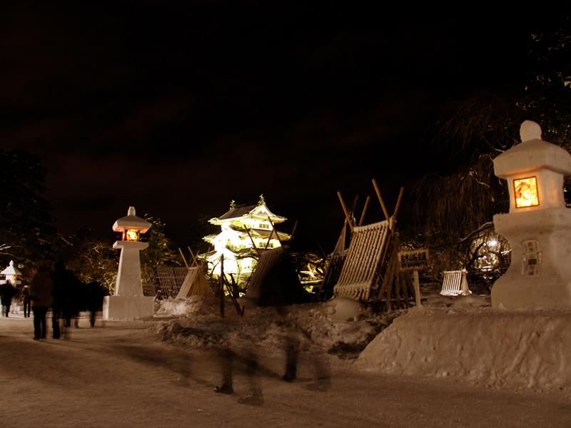 弘前公園・弘前城の2014年弘前雪灯篭まつり 会場の様子 弘前城