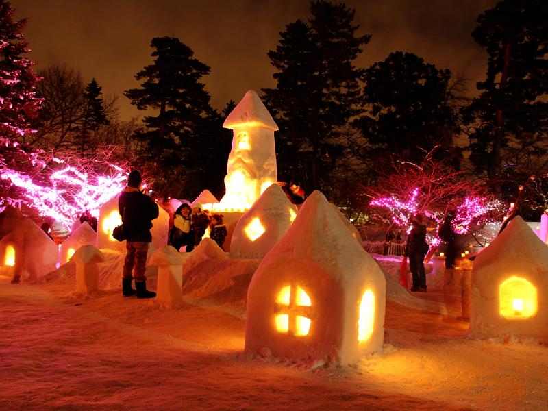 弘前公園・弘前城の2014年弘前雪灯篭まつり 会場の様子 家族連れ