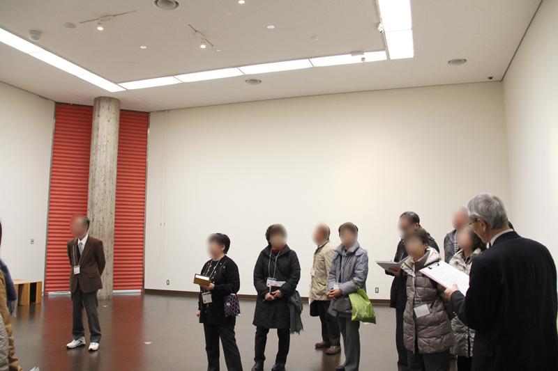 弘前市立博物館リニューアル 施設見学会 ライト(LED)などについて説明