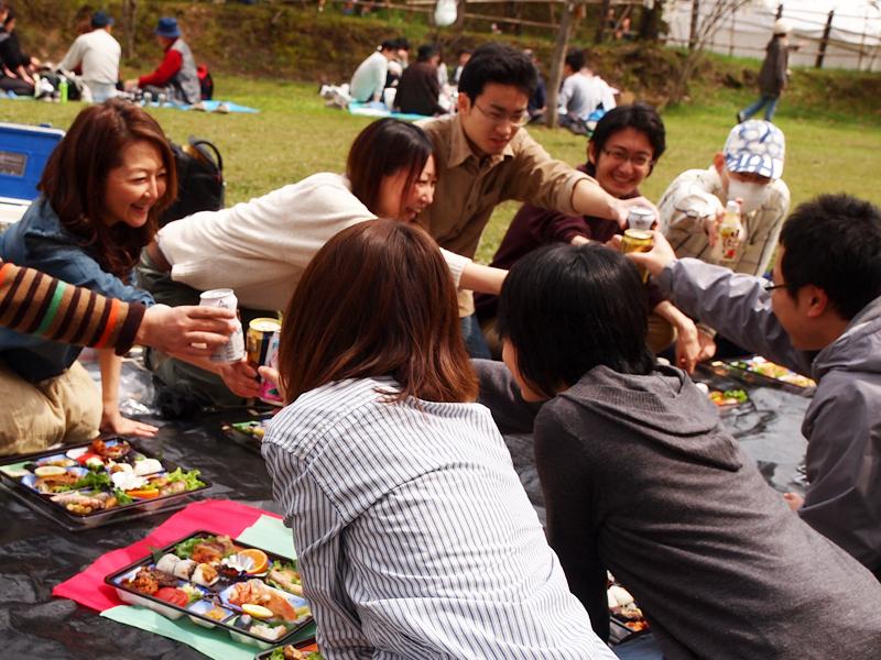弘前城のある弘前公園で「手ぶらで観桜会」の様子