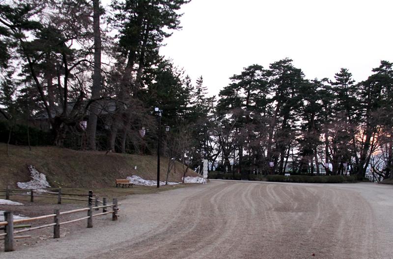 弘前公園・弘前城の様子 日陰には雪も残っており、朝晩はまだまだ寒い