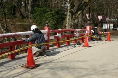 弘前公園・下乗橋塗り替えの様子
