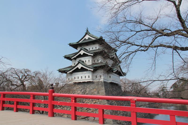 弘前公園、下条橋と弘前城と桜の様子(2014年4月7日)