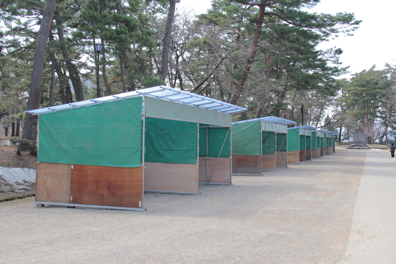 弘前公園屋台出展準備 小屋掛け急ピッチ