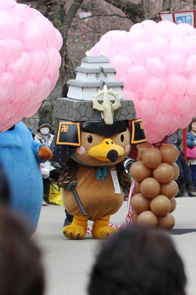 本日開幕した弘前さくらまつり2014 弘前市のマスコットキャラクターの「たか丸くん」もいました