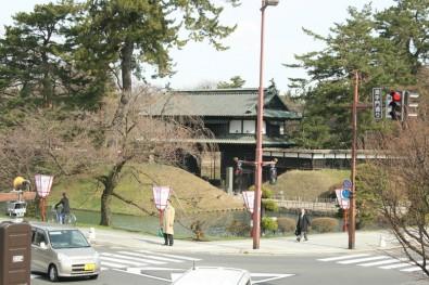 弘前城追手門付近の様子