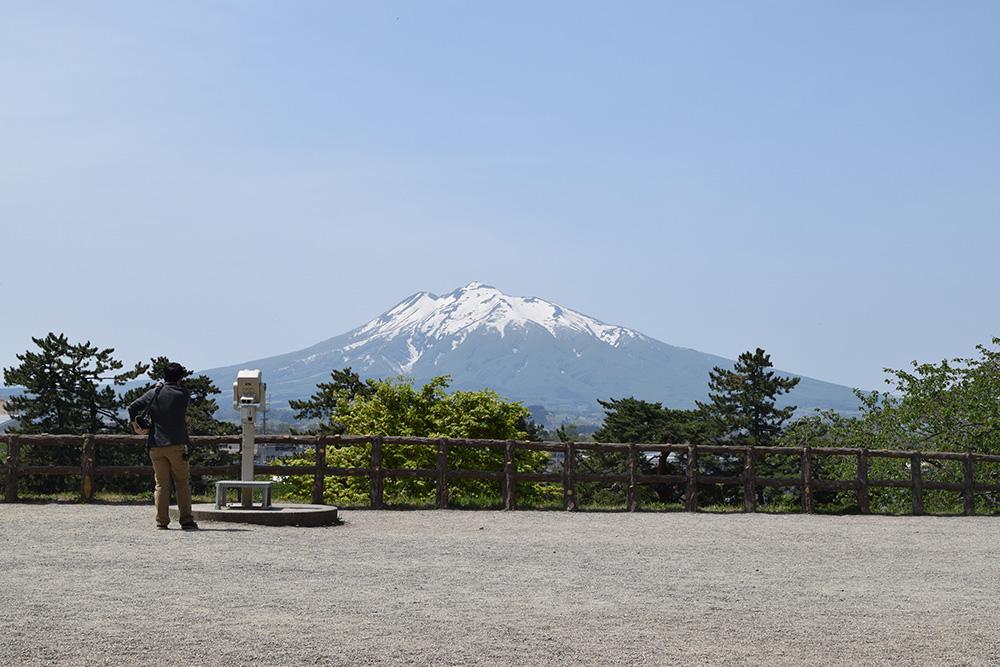 弘前城 本丸から望む岩木山