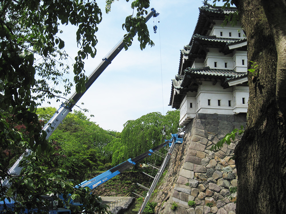弘前城・天守の曳屋(弘前公園)足場設置工事の様子