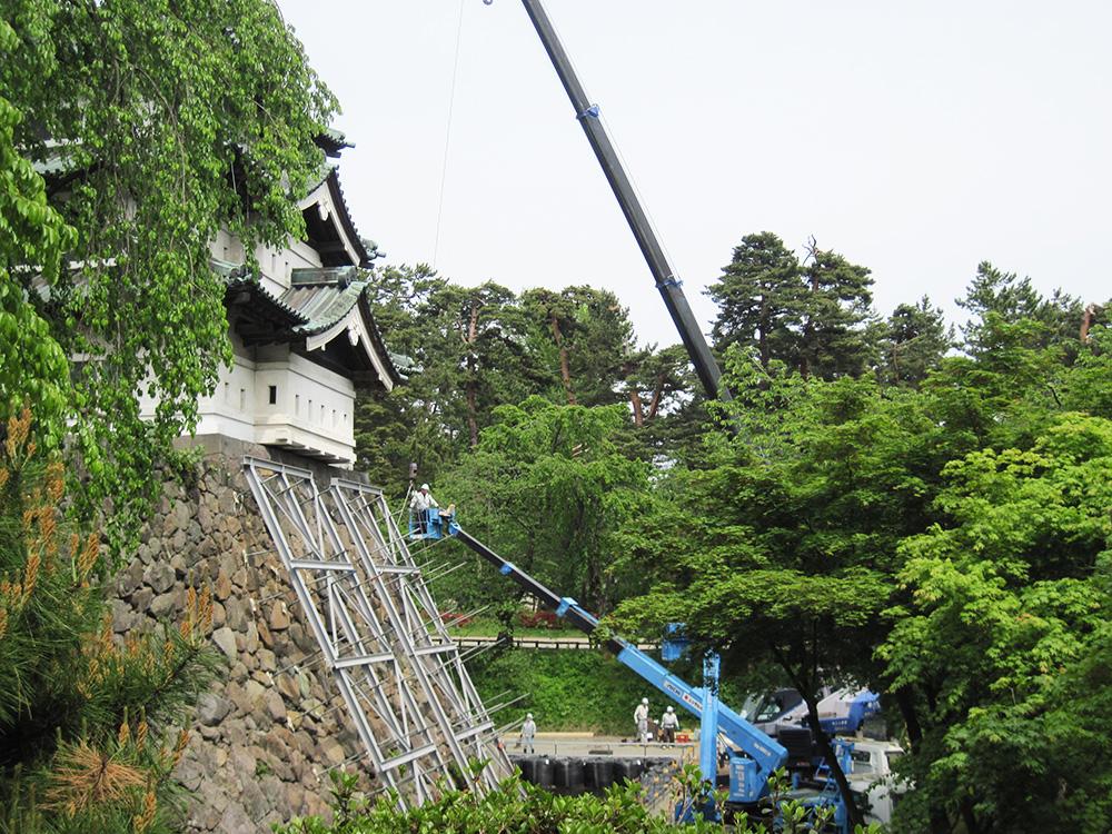 弘前公園・弘前城天守の曳屋 足場設置工事開始