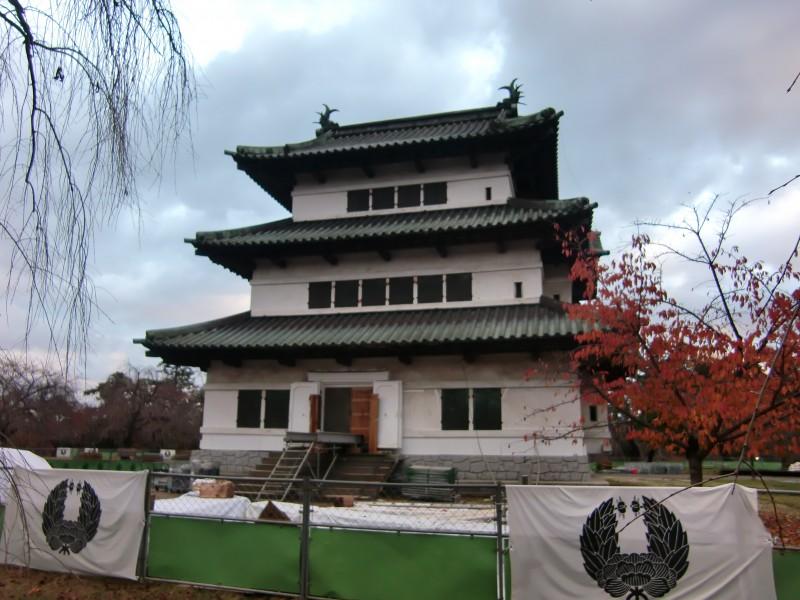 弘前城 天守耐震補強工事のための、鉄骨資材を搬入中