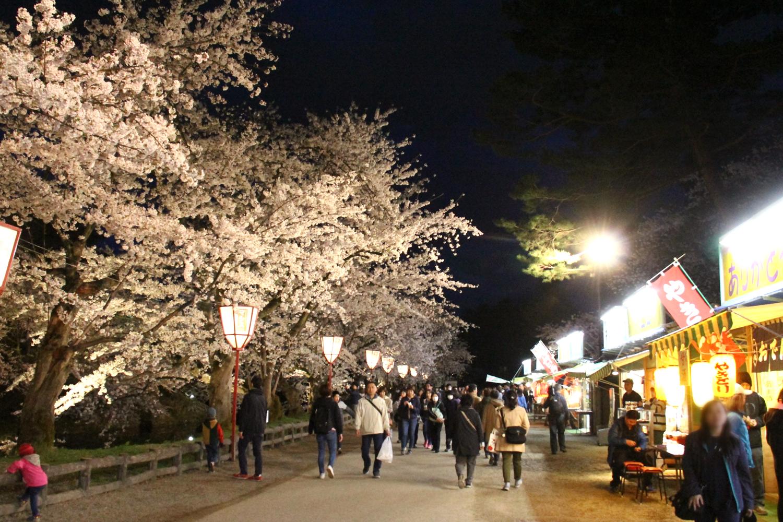 観光客でにぎわう弘前公園内