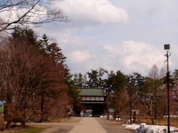 2013年4月11日の弘前公園・弘前城の南内門・杉の大橋付近の様子