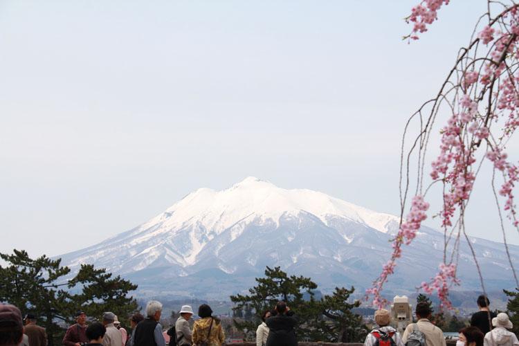 弘前公園(弘前城)の本丸からみる岩木山。