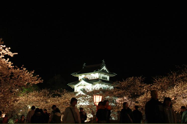 弘前さくらまつりの様子(夜桜と弘前城)