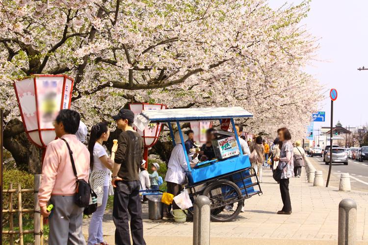 弘前公園の追手門、東門付近には「チリンチリンアイス」も