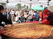 弘前さくらまつり近郊で行われる、津軽のソウルフードが楽しめる「弘前さくらまつりおもてなしプロジェクト。2013」の様子